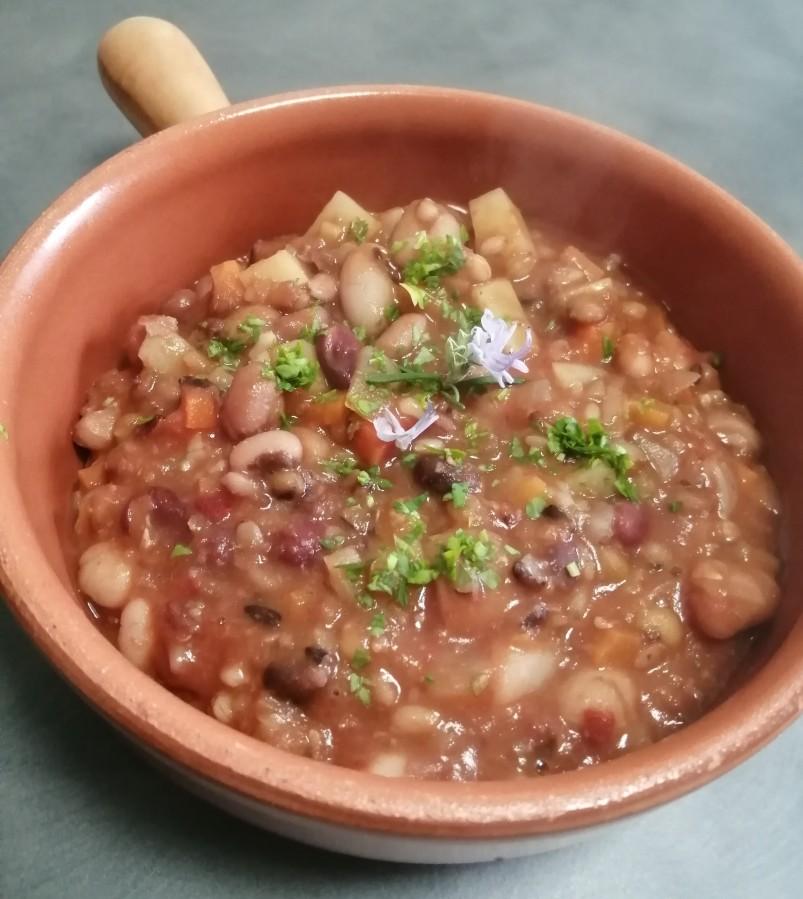 Zuppa mediterranea di legumi ecereali